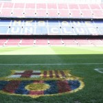 Herb FC Barcelona na murawie i trybuny
