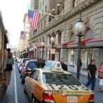 Cable Car przejeżdżający obok postoju taksówek
