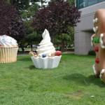 Figurki przed budynkiem Google